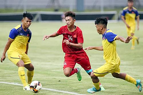 U18 Việt Nam (áo vàng) trong trận giao hữu với U23 Việt Nam ngày 10/7 tại VPF. Ảnh: Lâm Thoả.