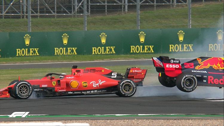Chiếc SF90 của Vettel (trái) sau khi đâm vào chiếc RB15 của Verstappen. Ảnh: F1.