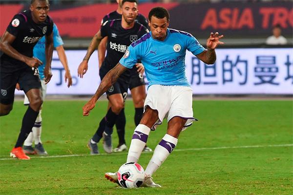 Nmecha trong tình huống đá phạt đề, giúp Man City dẫn 2-1.