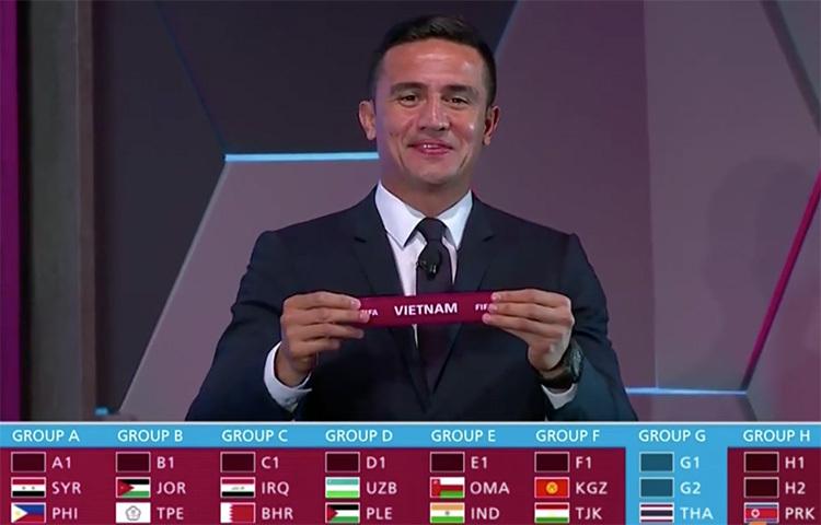 Khoảnh khắc Tim Cahill giơ lá thăm ghi tên Việt Nam vào bảng đấu đã có Thái Lan, Malaysia và Indonesia.