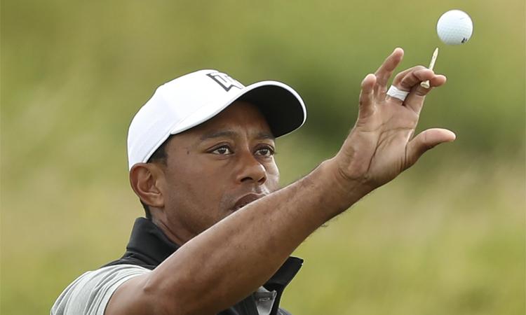 Woods đánh cùng nhóm với Matt Wallace và Patrick Reed tại vòng đầu The Open (18/7). Ảnh: AP.