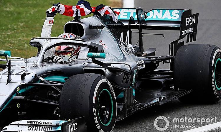 Hamilton với bộ lốp cứng màu trắng, mừng chiến thắng ở Silverstone. Ảnh: Motorsport.