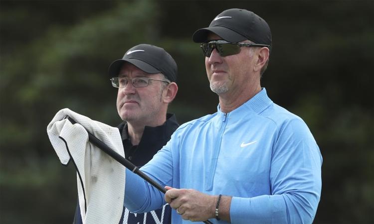 Duval (phải) cách golfer xếp áp chót vòng một The Open tới tám gậy. Ảnh: R&A.