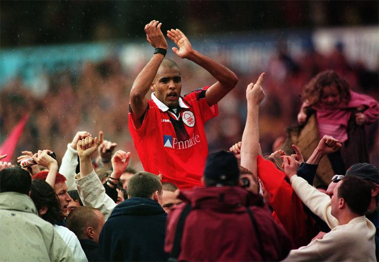 Van Hooijdonk là công thần vì ở lại khi Forest xuống hạng, và góp công lớn giúp đội trở lại Ngoại hạng Anh.