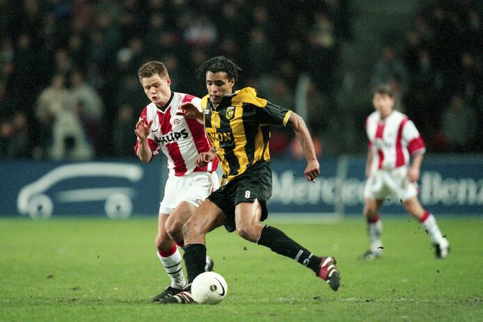 Van Hooijdonk không được cập bến mơ PSV, mà chỉ đầu quân cho Vitesse (áo vàng đen), nhưng cuộc chiến giữa anh với Forest trở thành tham chiếu quan trọng cho các đồng nghiệp hậu bối.