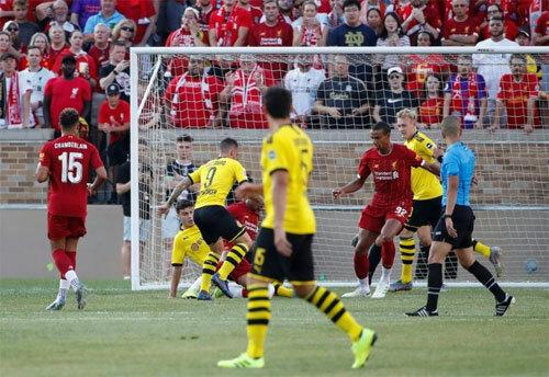 Tình huống bất cẩn dẫn đến bàn thua đầu của đội bóng Anh. Ảnh: Reuters