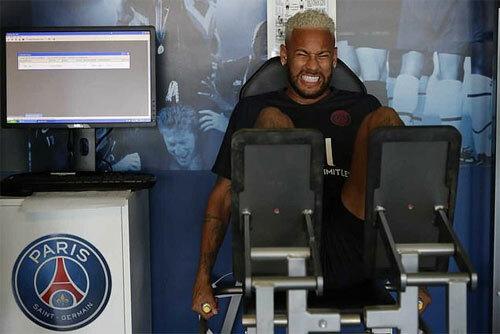 Neymar đang tập với PSG trong khi chờ tín hiệu về việc trở lại Barca. Ảnh: Reuters