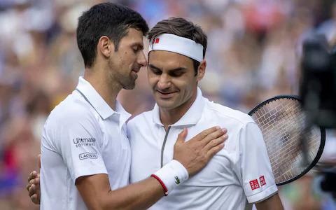 Djokovic (trái) an ủi Federer sau trận chung kết Wimbledon vừa qua.