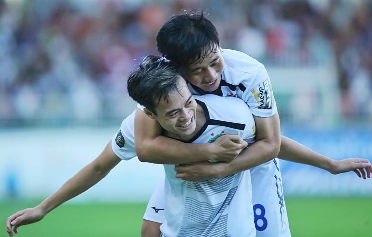 Văn Toàn và Minh Vương ôm nhau mừng bàn thắng. Ảnh: Hùng Linh.