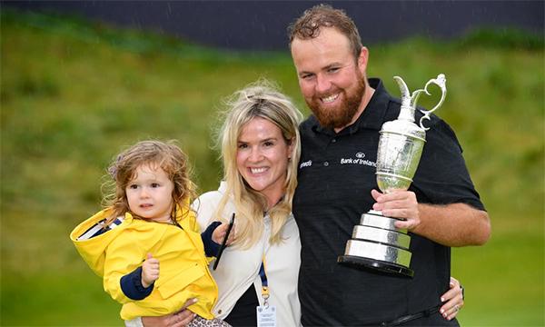 Với Lowry, vợ và con gái luôn ở vị trí cao hơn golf. Ảnh: Golfweek.