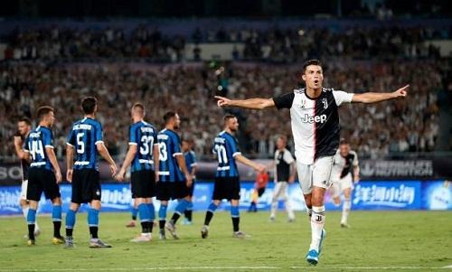 Ronaldo ghi bàn từ tình huống đá phạt. Ảnh: AFP.