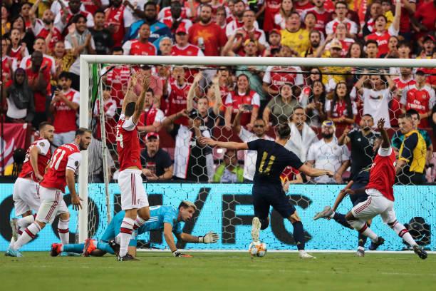 Bale (áo đen, số 11) đá bồi cận thành, rút ngắn tỷ số xuống 1-2. Ảnh: Reuters.