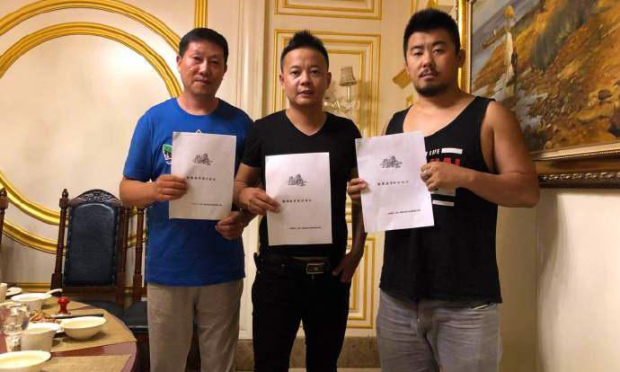 Vương Chấn Lĩnh (trái) có thể hình và cân nặng gần tương đương Từ Hiểu Đông. Ảnh: Weibo.