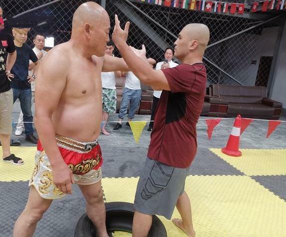 Điền Dã (trái) và Ngụy Lôi đứng một chân trong lốp xe khi thi đấu.