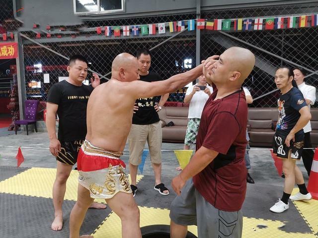 Điền Dã dùng những đòn đấm kiểu boxing tấn công Ngụy Lôi, người thủ thế theo phong cách Thái Cực.
