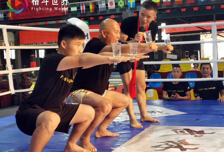 Điền Dã (giữa) đọ tài đứng tấn với võ sĩ trẻ tuổi.
