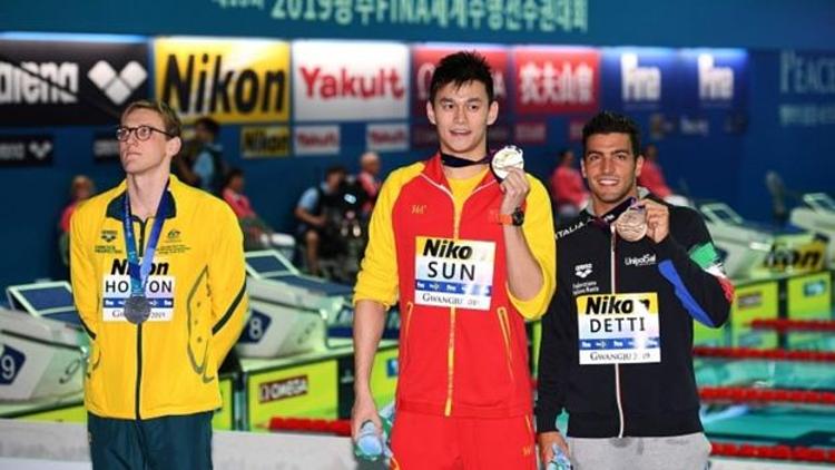 Mack Horton (trái) từ chối chụp chung với Sun Yang (giữa). Ảnh:AFP.