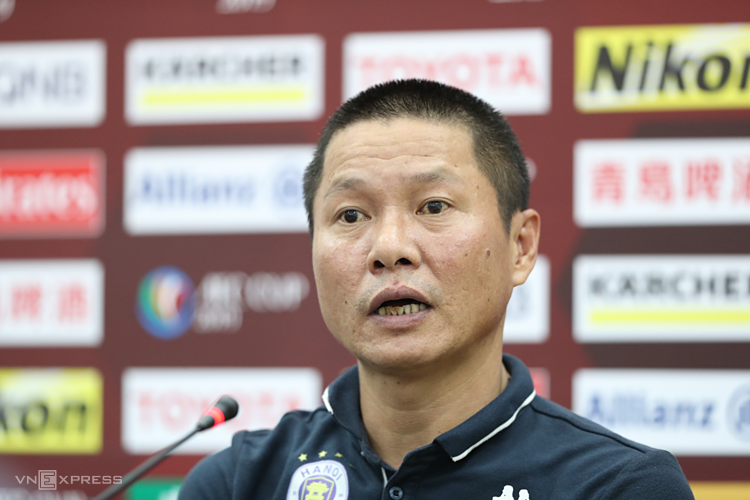 HLV Chu Đình Nghiêm trả lời phỏng vấn sau trận chung kết lượt đi trên sân của Bình Dương. Ảnh: Đức Đồng.