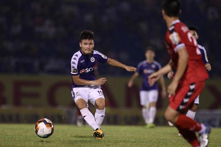 Quang Hải đang hưng phấn khi mới có siêu phẩm vào lưới TP HCM ở vòng 18 V-League.