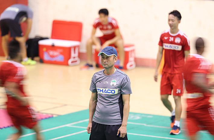 HLV Lee Tae-hoon và các cầu thủ tập trong nhà thi đấu ở Nam Định vì mặt sân chính Thiên Trường phải giữ cho trận đấu do trời mưa bão. Ảnh: Đức Đồng.