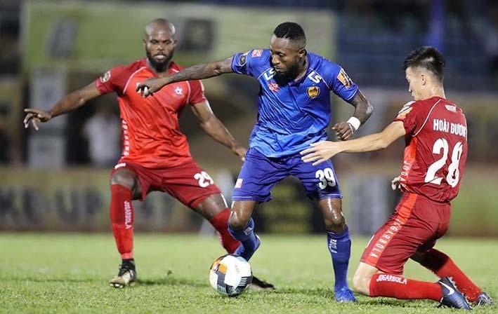 Samson (giữa) toả sáng với một bàn thắng và một kiến tạo. Ảnh: VPF.