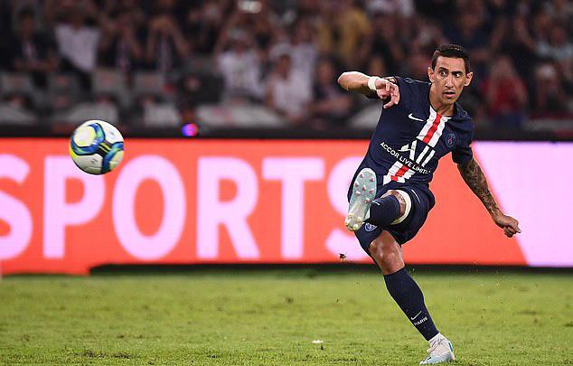 Di Maria sút phạt hàng rào đẹp mắt, mang chiến thắng về cho PSG. Ảnh: AFP.