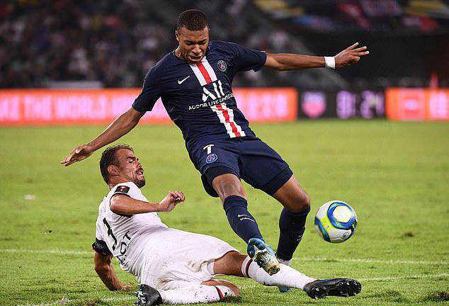 Mbappe (phải) bị hậu vệ Rennes theo sát trong cả trận. Ảnh: AFP.