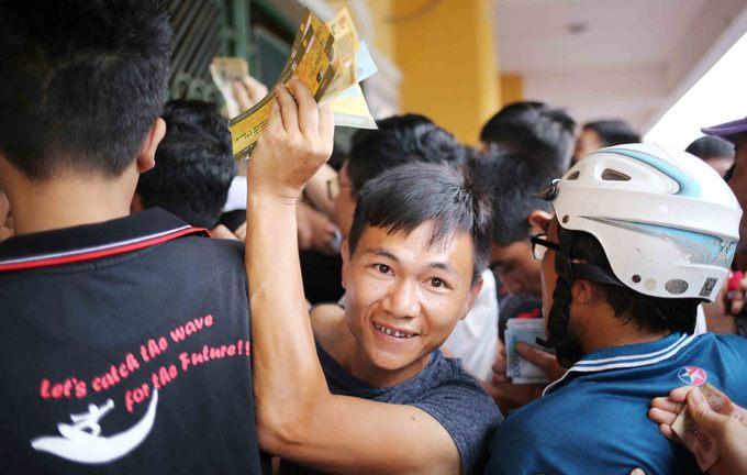 CĐV chen chúc mua vé trận Nam Định - HAGL