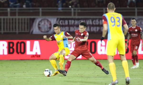 TP HCM (áo đỏ) không bảo vệ được thành quả trong trận đấu mà họ rất khát chiến thắng và khởi đầu thuận lợi. Ảnh: Hạnh Phúc.