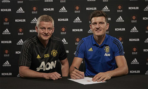 Maguire và HLV Solskjaer trong ngày ra mắt. Ảnh: Reuters