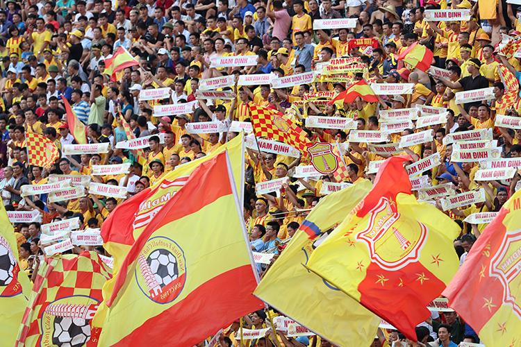 CĐV Nam Định lấp kín sân vận động có sức chứa khoảng 25.000 chỗ ngồi, trong trận đấu với HAGL ở vòng 19 hôm qua. Ảnh: Đức Đồng.