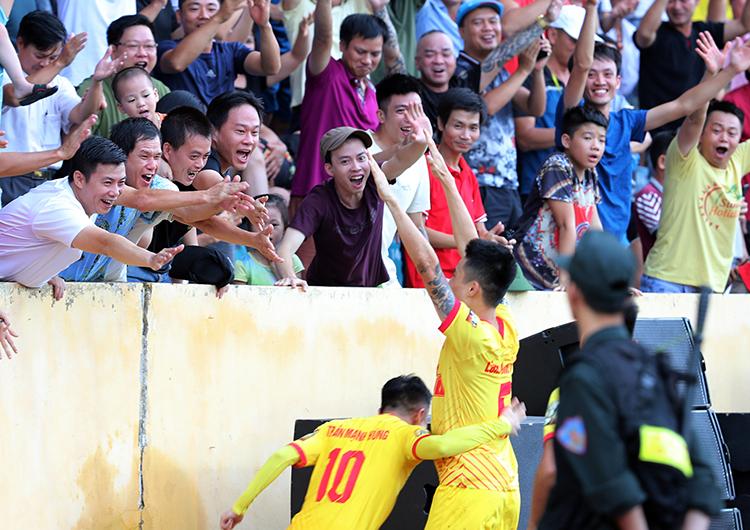 CĐV Nam Định mừng bàn thắng sớm của đội nhà, trong trận hòa với HAGL 2-2 hôm qua. Ảnh: Đức Đồng.