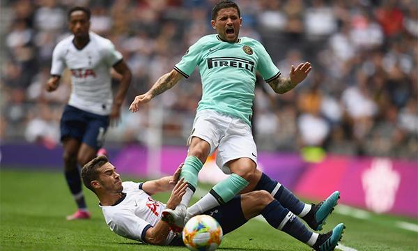 Sensi (áo xanh) là chủ nhân bàn gỡ 1-1 cho Inter.