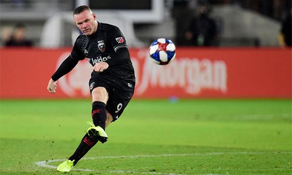 Derby County trượt vé trở lại Ngoại hạng Anh ở trận chung kết play-off mùa trước. Họ rất cần kinh nghiệm, cá tính và động lực từ một ngôi sao như Rooney để hiện thực hoá giấc mơ trở lại với giải đấu cao nhất bóng đá Anh.