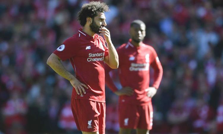 Salah (trái) buồn bã khi Liverpool vuột chức vô địch Ngoại hạng Anh mùa 2018-2019. Ảnh: PA.