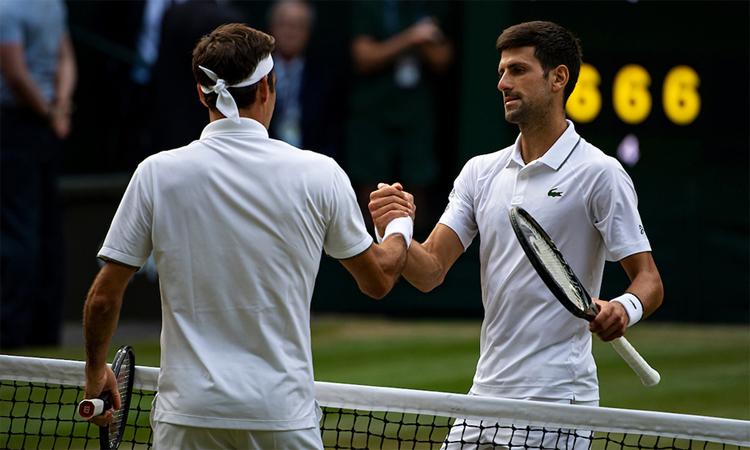 Djokovic (phải) cứu hai match-point trước khi hạ Federer ở chung kết Wimbledon 2019. Ảnh: Tennis News.