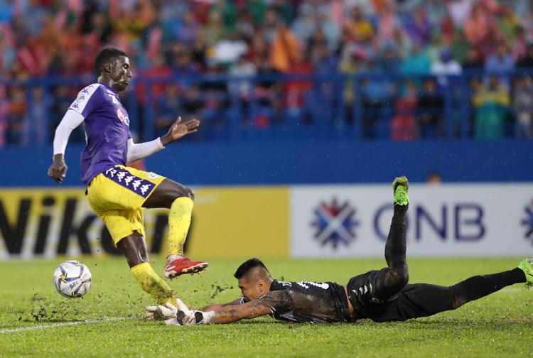 Sau khi Oseni dính chấn thương, Omar được đẩy từ hàng tiền vệ lên đá trung phong cắm và liên tục ghi bàn. Ảnh: Đức Đồng