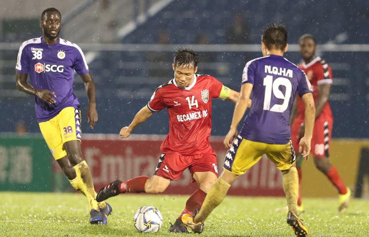 Tấn Tài thi đấu nỗ lực trong trận thua Hà Nội 0-1 tại Gò Đậu ngày 31/7. Ảnh: Đức Đồng