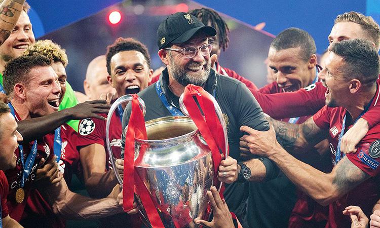 Klopp (cầm cup) thoát mác vua về nhì sau khi giúp Liverpool hạ Tottenham ở chung kết Champions League mùa 2018-2019. Ảnh: AP.
