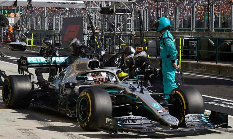 Chiến thuật vào pit hai lần mang lại chiến thắng cho Mercedes và Hamilton. Ảnh: F1.