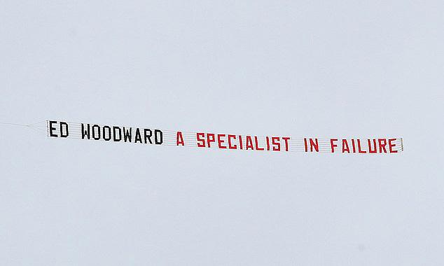 Biểu ngữ chế nhạo Woodward là chuyên gia thất bại của CĐV Man Utd.