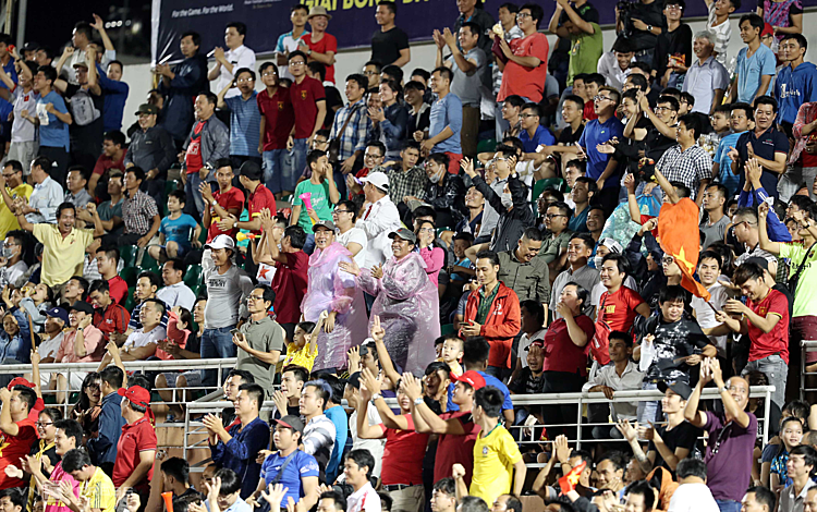 Khán giả TP HCM đến sân Thống Nhất cổ vũ cho cầu thủ trẻ hai đội tranh tài. Ảnh: Đức Đồng.