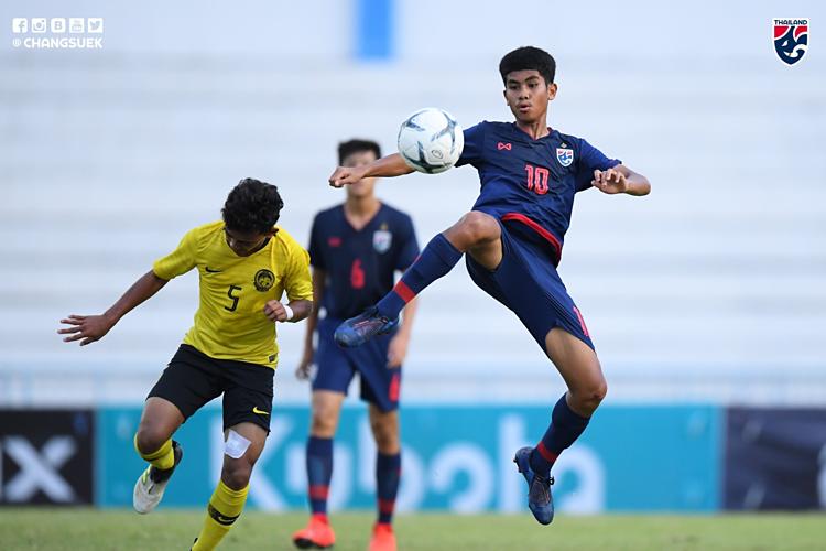 Lần thứ ba liên tiếp Thái Lan (xanh) gục ngã ở trận tranh HC vàng giải U15 Đông Nam Á.