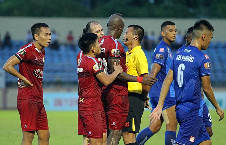 Cầu thủ TP HCM phản ứng quyết định thổi phạt đền của trọng tài trong trận gặp Quảng Nam hôm qua trên sân Tam Kỳ. Ảnh: CTV.