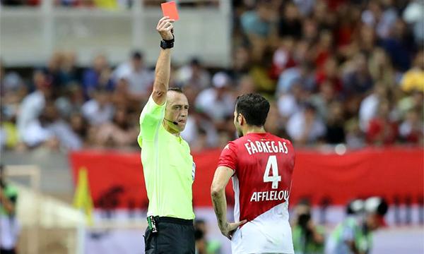 Chiếc thẻ đỏ của Fabregas ở phút 30 khiến Monaco không thể gượng dậy.