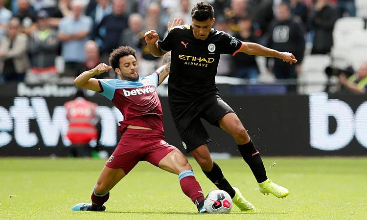 Man City (phải) chưa làm HLV Guardiola hài lòng ở hiệp một trận ra quân Ngoại hạng Anh. Ảnh: Reuters.