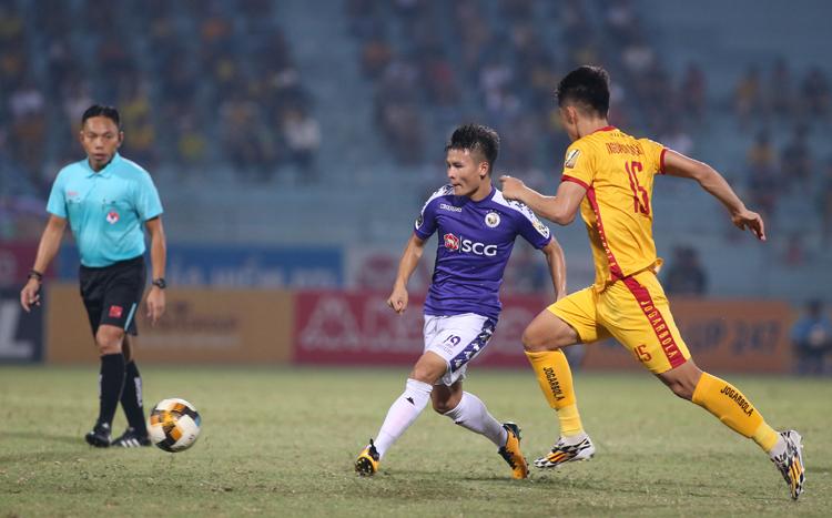 Quang Hải có ba đường kiến tạo cho đồng đội lập công trong trận Hà Nội đánh bại Thanh Hoá 5-0 tại Hàng Đẫy tối 11/8. Ảnh: Lâm Thoả