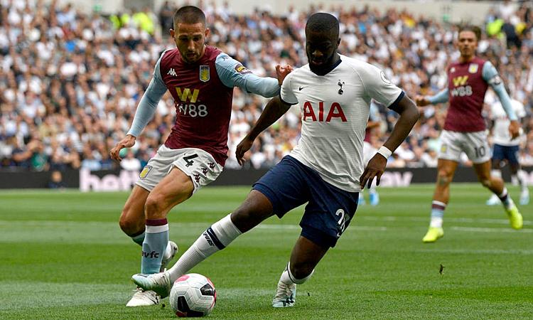 Tân binh 62 triệu USD Ndombele (áo trắng) gây ấn tượng trong ngày ra mắt khán giả Tottenham. Ảnh: EPA.