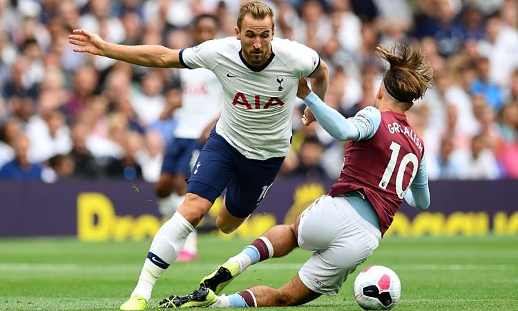 Harry Kane bị cầu thủ Aston Villa kèm chặt trong cả trận.