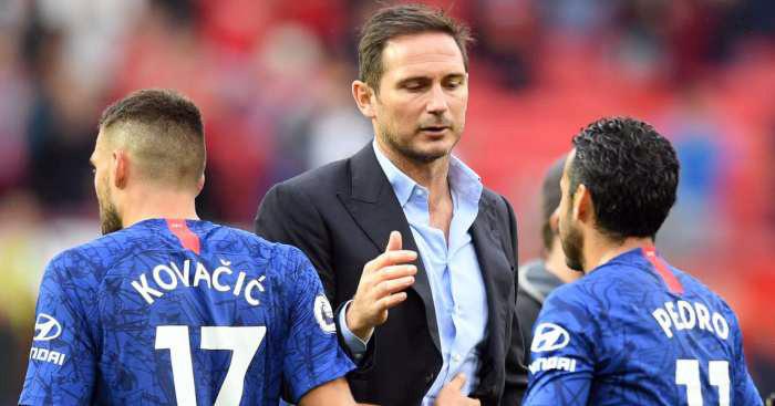 Lampard (giữa) xuống sân động viên học trò sau khi trận đấu với Man Utd kết thúc. Ảnh: PA.